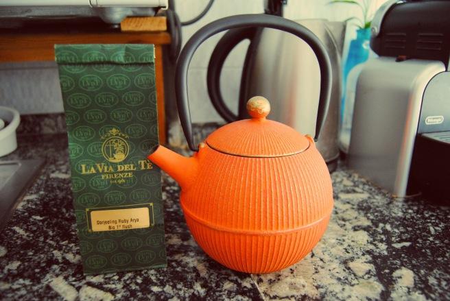 teiera in ghisa e tè